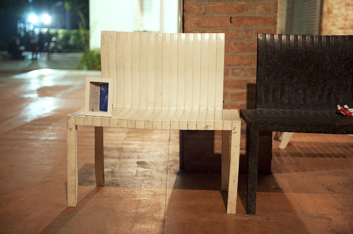due sedie bianca e nera con un piccolo quadro appoggiato sopra.