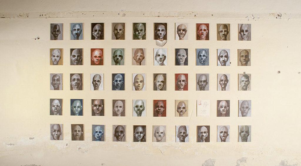 Visione d'insieme di 50 cartoline, opera d'arte di Stefania Bressani chiamata doni d'arte postali