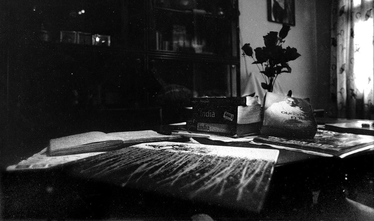 un quadro lasciato su un tavolo fotografia in bianco e nero