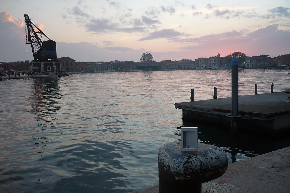 dono d'arte abbandonato al molo dell'isola delle Vergini al tramonto
