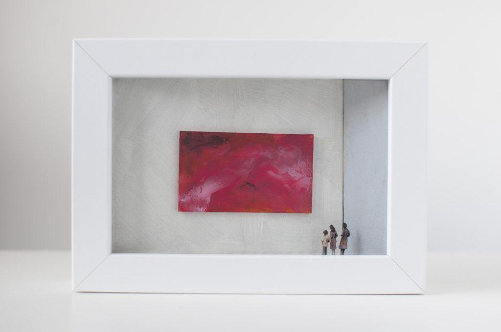 Dono d'arte per la Biennale di Venezia due donne e un bambino osservano un quadro rosso monocromo