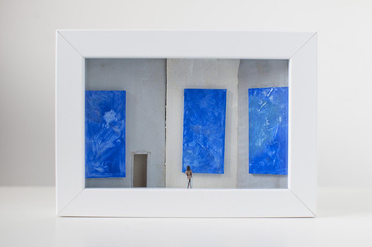 Dono d'arte per la Biennale di Venezia una donna osserva tre quadri blu monocromi