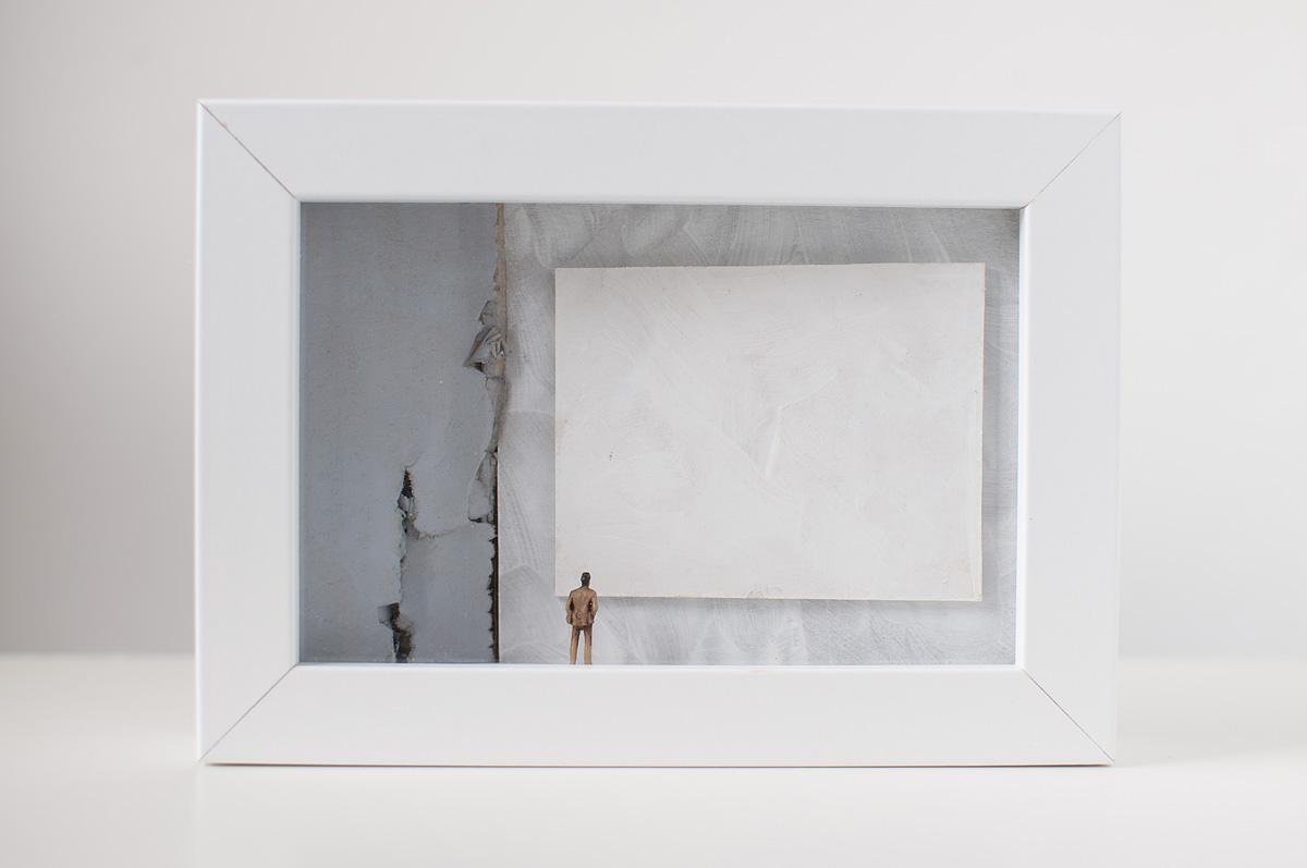 Dono d'arte per la Biennale di Venezia un uomo osserva un quadro bianco monocromo