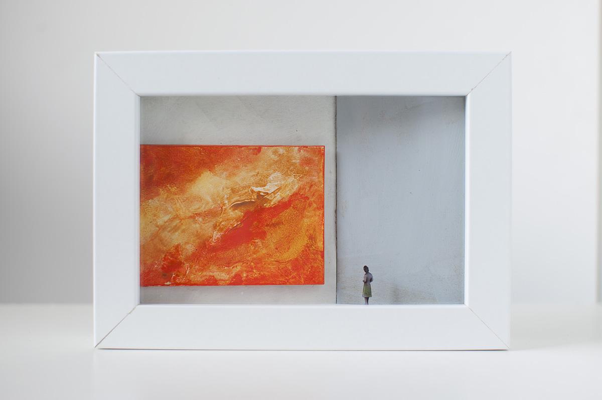 Dono d'arte per la Biennale di Venezia una donna osserva un quadro arancio monocromo
