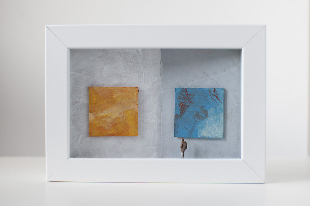 Dono d'arte per la Biennale di Venezia un uomo osserva due quadri giallo e azzurro