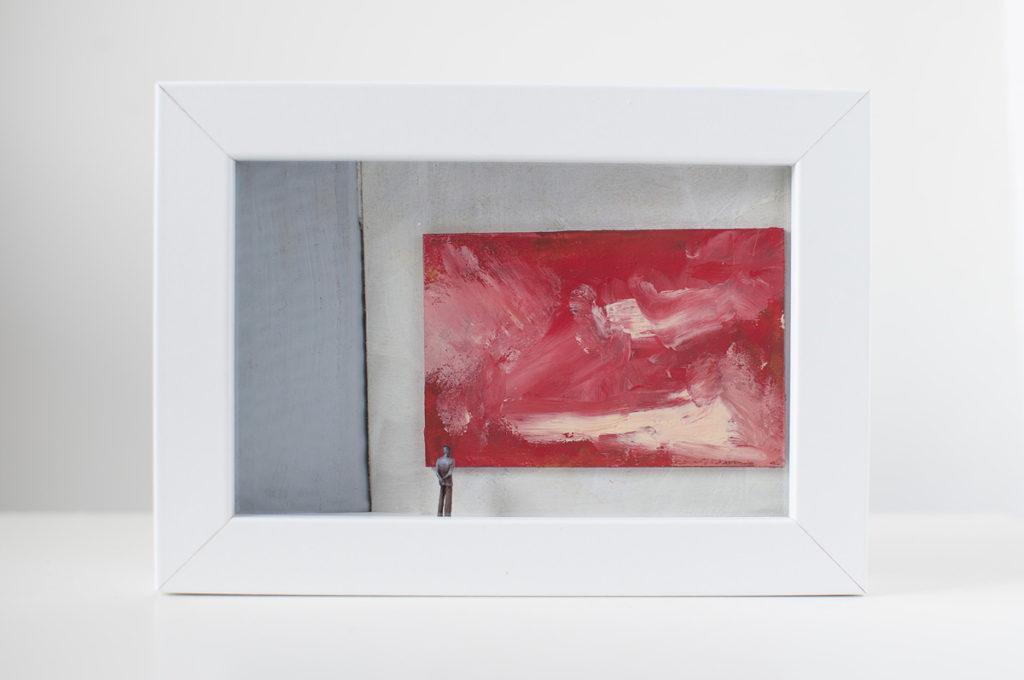 opera d'arte di Stefania Bressani che rappresenta un uomo che osserva un quadro astratto
