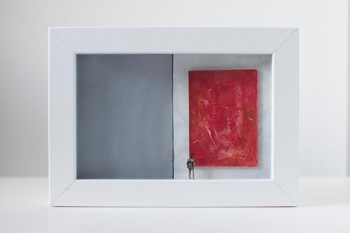 Dono d'arte per la Biennale di Venezia un uomo osserva un quadro rosso monocromo