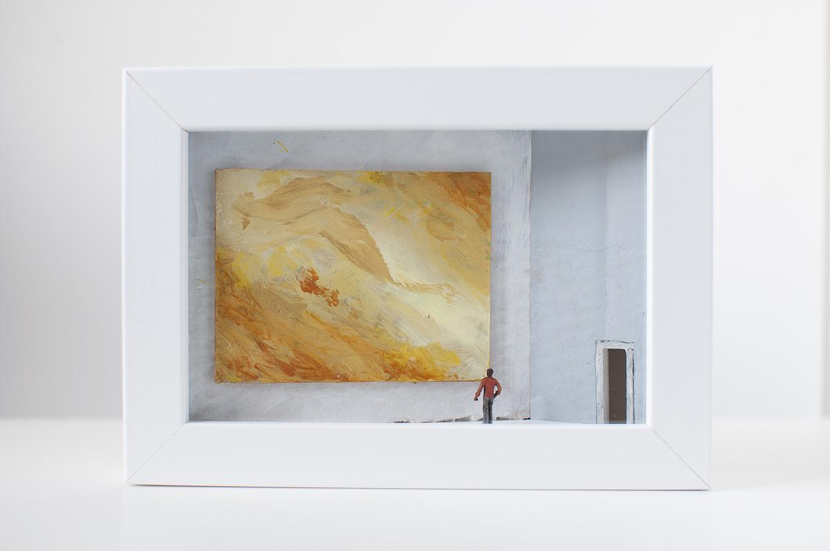 Dono d'arte per la Biennale di Venezia un uomo osserva un quadro giallo monocromo