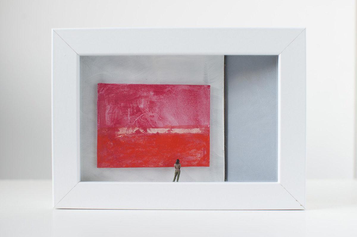 Dono d'arte per la Biennale di Venezia una donna osserva un quadro rosso monocromo simile a Rothko