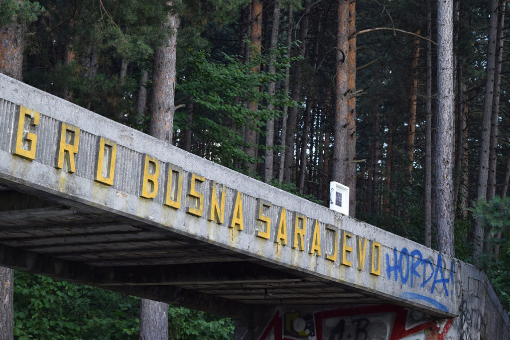 Un'opera d'arte di Stefania Bressani è abbandonata all'arrivo della pista di bob di Sarajevo
