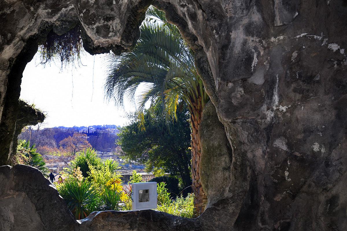 dono d'arteabbandonato nella grotta dei giardini di Nimes