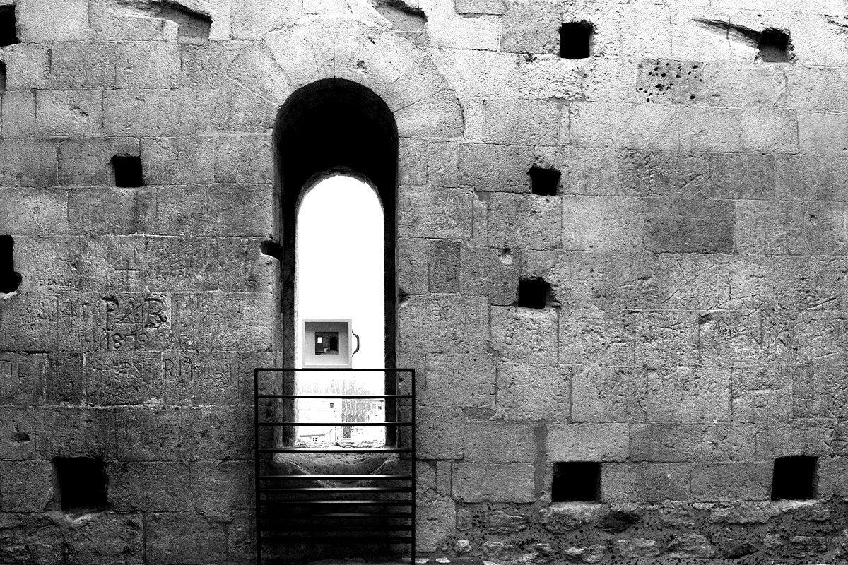 Un'opera d'arte è stata abbandonata su una finestra dell'aretina di Arles in Francia