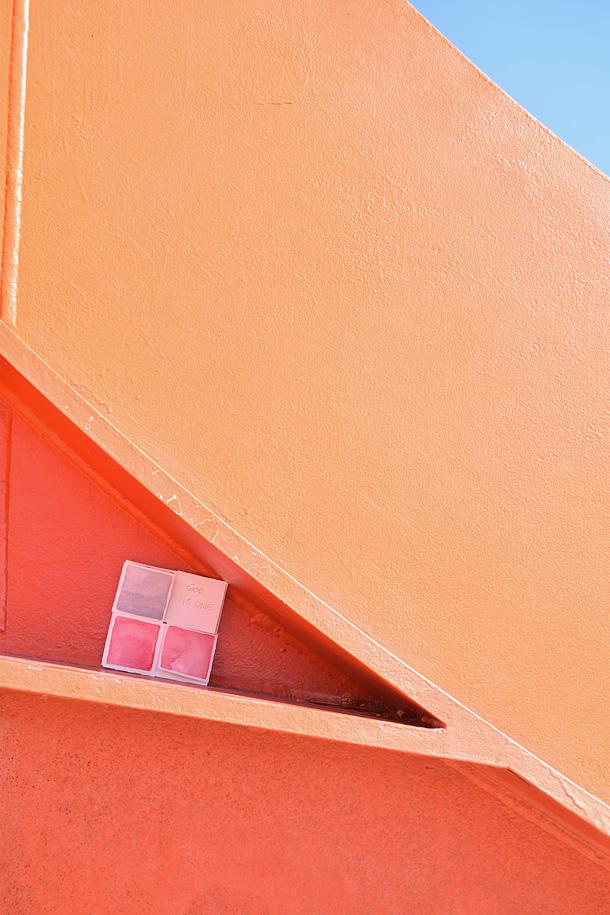 Un dono d'arte lasciato su una scultura Stabiles di Calder in ferro rosso