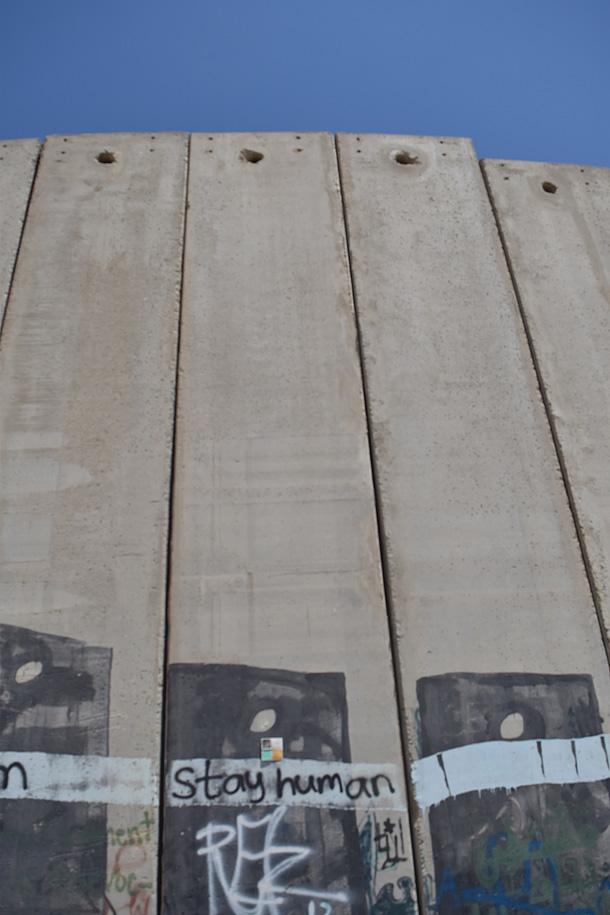 Dono d'arte appiccicato presso il muro che divide Palestina e Israele