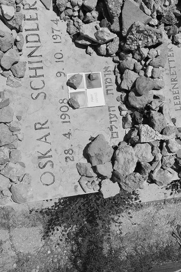 sassi e dono d'arte sul tumulo di Oskar Shindler a Gerusalemme