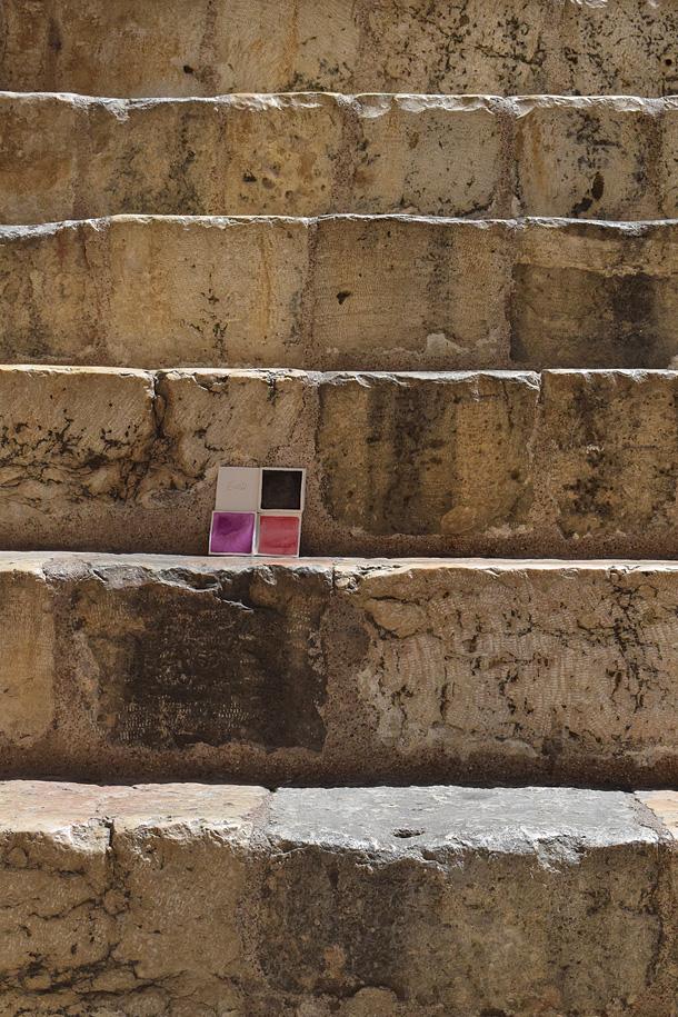 dono d'arte abbandonato sulle scale della chiesa del santo sepolcro