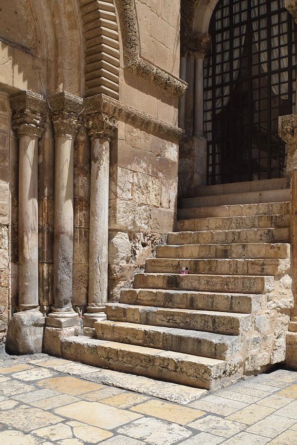un dono d'arte è stato abbandonato presso le scale del Santo Sepolcro a Gerusalemme