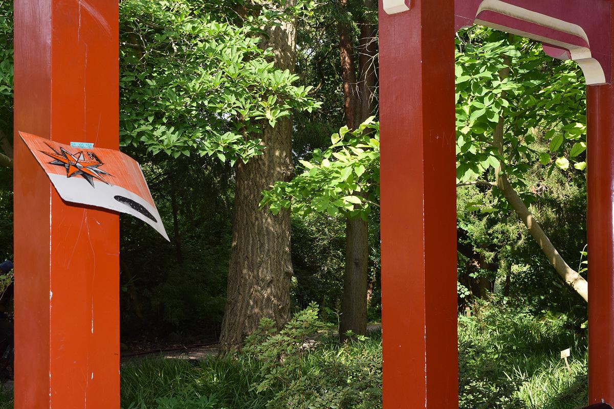 dono d'arte abbandonato sul palo rosso di una pagoda