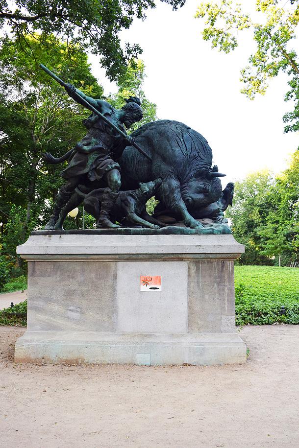 Un dono d'arte è stato abbandonato sul piedistallo di una statua in un parco a Berlino
