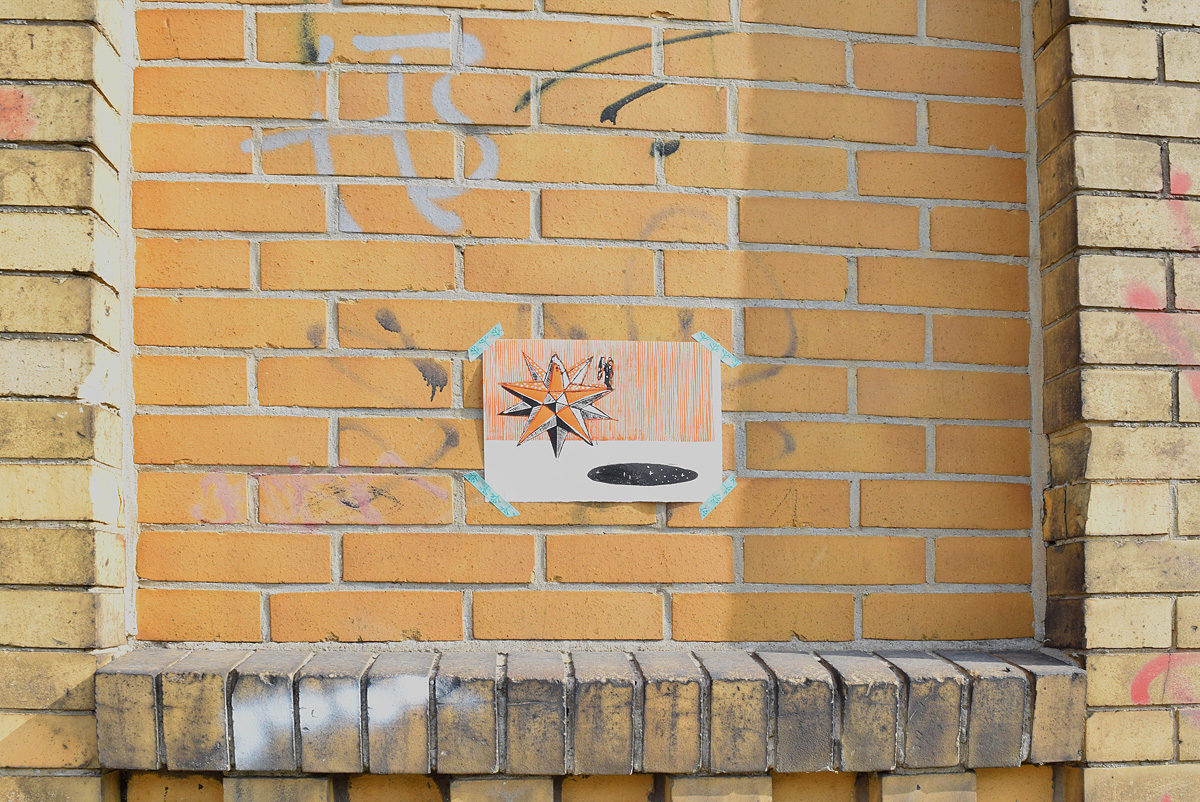 stampa d'arte attaccata su un muro