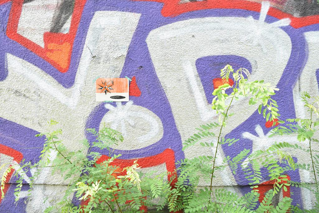 dono d'arte abbandonato su un graffito a Berlino