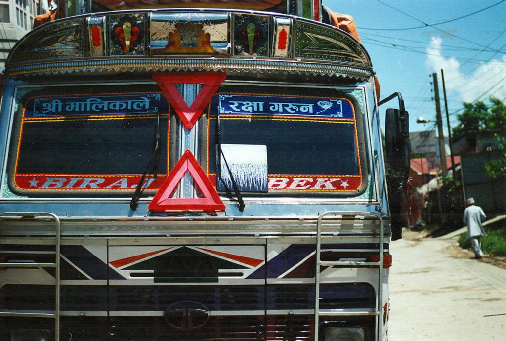 un quadro abbandonato su un camion in Nepal