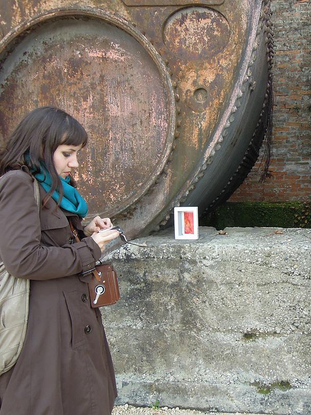 Stefania bressani guarda l'esposimetro per fotografare con una rolleiflex un dono d'arte presso l'arsenale di Venezia