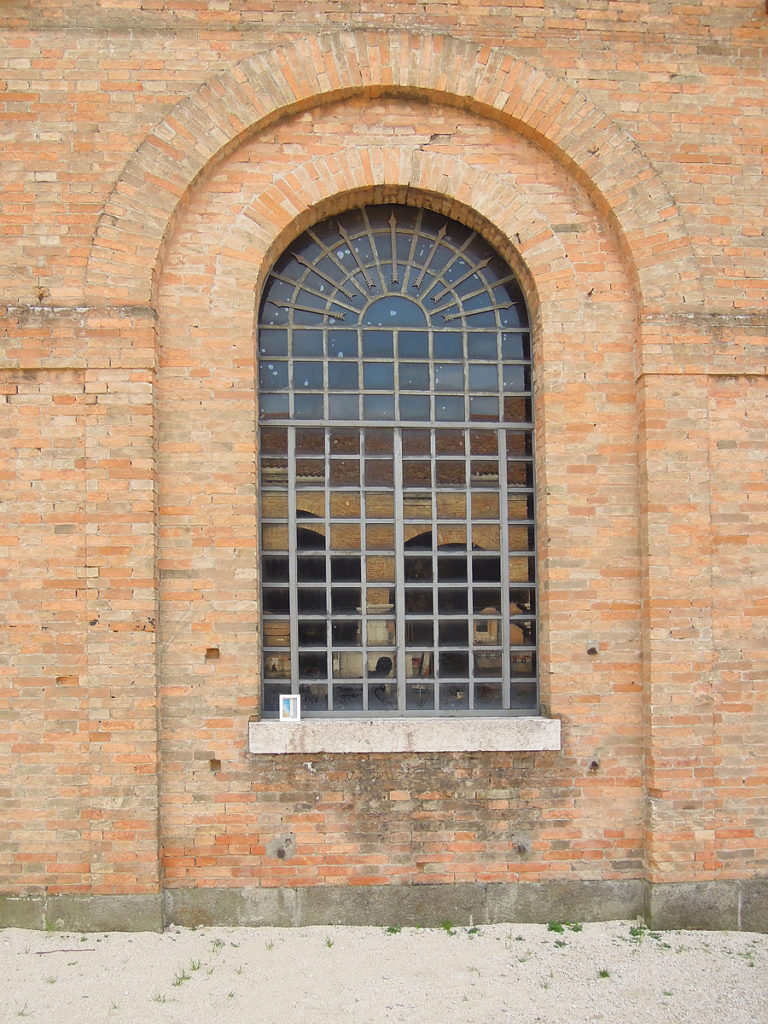 un quadro lasciato sul davanzale di una finestra