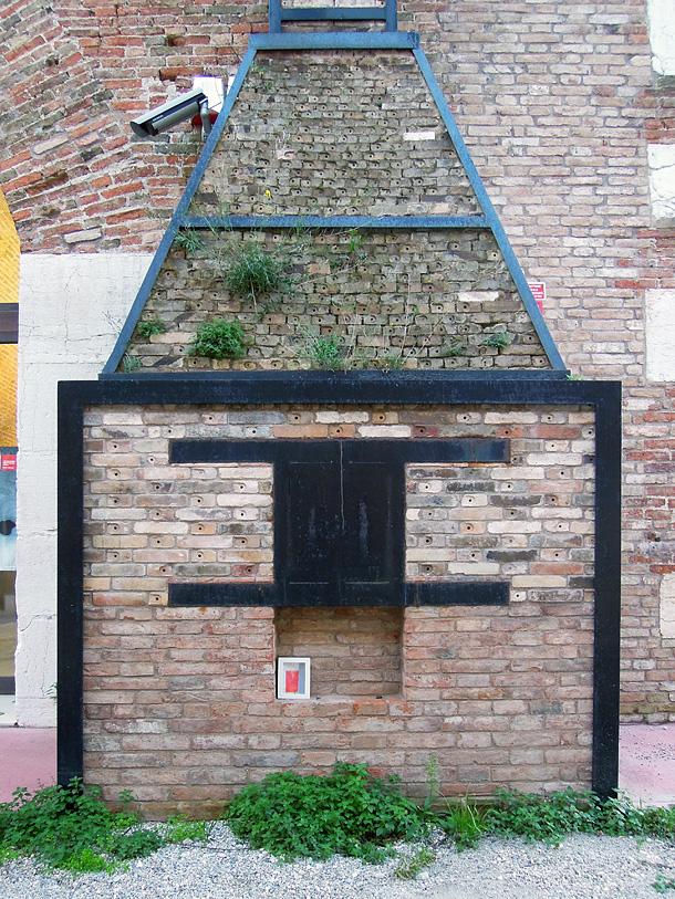 un dono d'arte abbandonato nella bocca di una fornace presso l'arsenale di Venezia