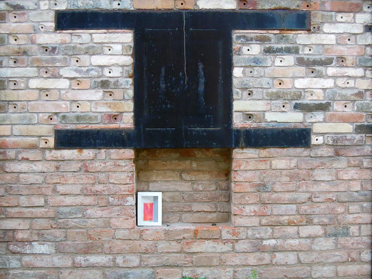 un quadro abbandonato in un forno