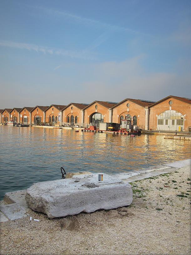Dono d'arte appoggiato su un masso presso il bacino interno dell'arsenale di Venezia