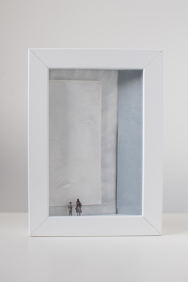 dono d'arte per la Biennale di Venezia una donna e un ragazzo osservano un quadro monocromo bianco
