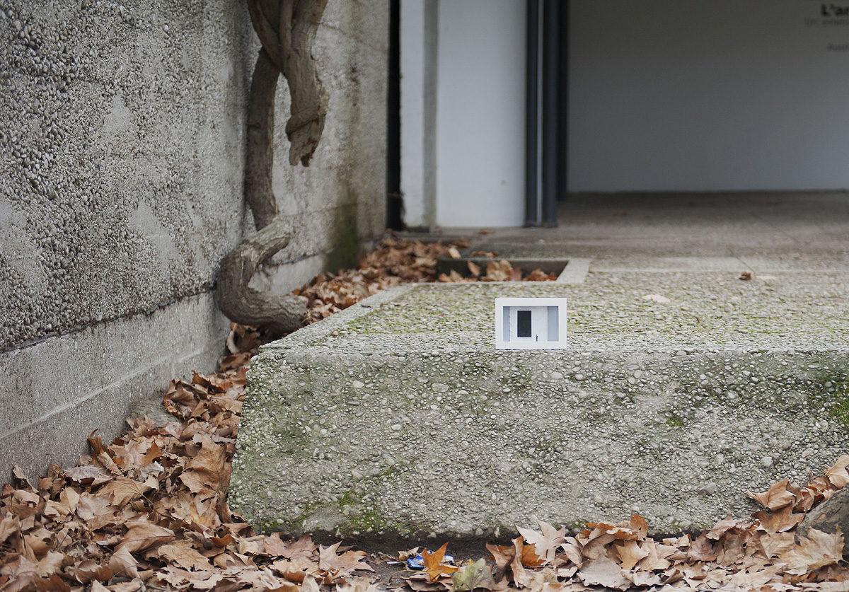 un'opera d'arte abbandonata su un marciapiede di un padiglione presso i giardini della biennale di Venezia
