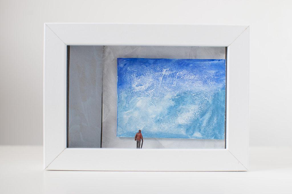 Dono d'arte per la Biennale di Venezia un vecchio osserva un quadro blu monocromo