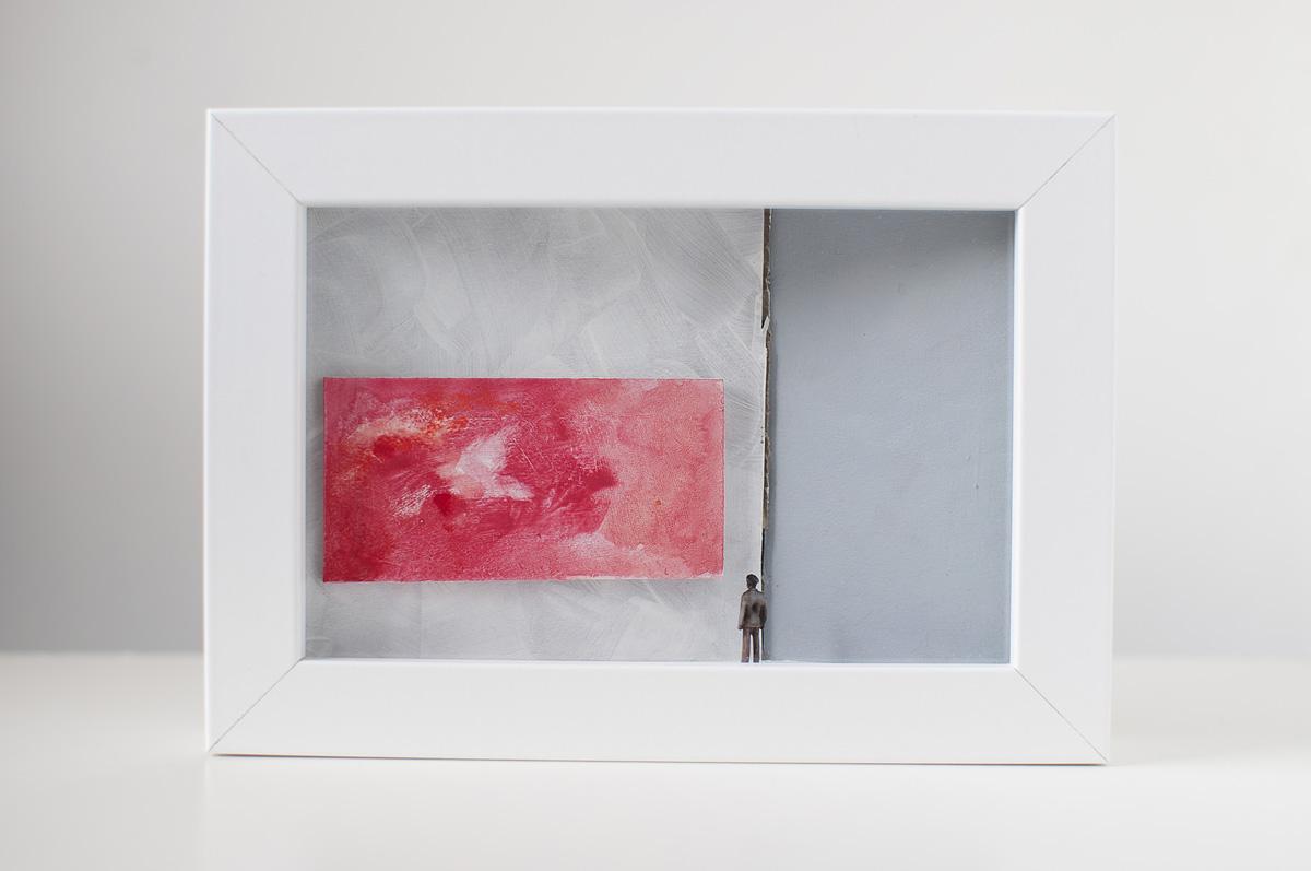 Opera d'arte 97 di Stefania Bressani che rappresenta un uomo di fronte ad un quadro astratto mediante un diorama
