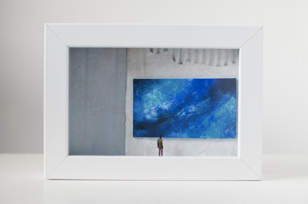 un'opera d'arte di Stefania Bressani che rappresenta un uomo che osserva un quadro blu